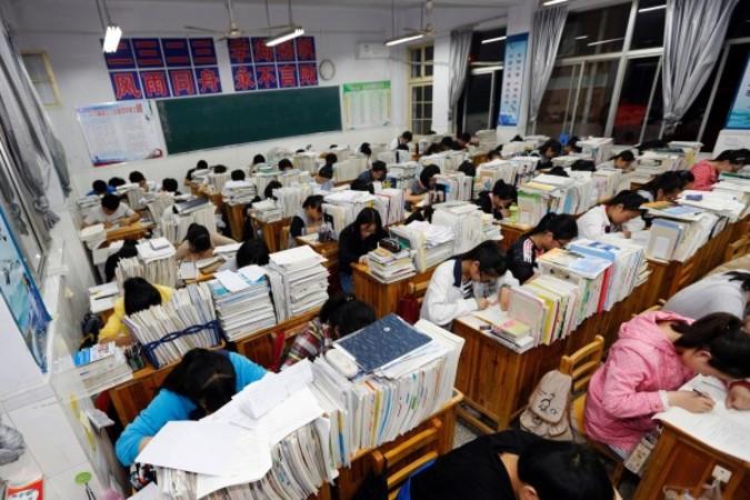 大学の入試準備をする学生(STR/AFP/Getty Images)