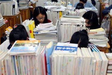 中国では「ニセ大学」警戒情報が出ている。江蘇省連雲港市で5月、全国大学入学試験「高考」のため学習塾で勉強する女子高校生(STR/AFP/Getty Images)