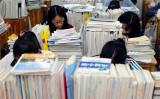 江蘇省連雲港市で5月、全国大学入学試験「高考」のため学習塾で勉強する高校生(STR/AFP/Getty Images)