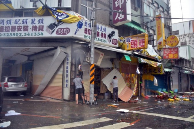 台風1号は日本時間午前6時50分ごろ、台湾台東県に上陸した。非常に強い台風の影響で家屋の損害・停電が相次いだ(中央社)