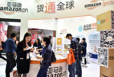 2016年6月、浙江省金華市で開かれた電子取引エキスポに出店した、米Amazonのブース(STR/AFP/Getty Images)
