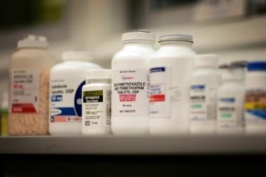 薬局に並ぶ各種の抗生物質。