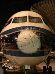 7月9日夜、上空でひょうに見舞われし、操縦席正面のガラスや前方のアンテナカバーなどに損傷を受けた広州発中国南方航空CZ3483便(ネット写真)