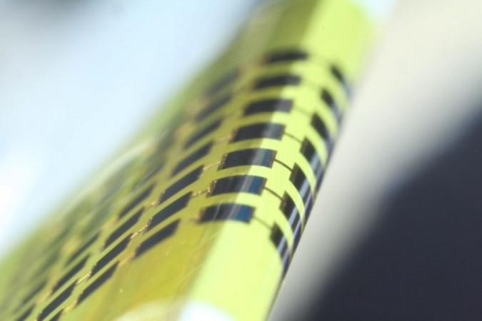 韓国光州科学技術院が開発した超薄型太陽電池の厚さは1マイクロメートルしかなく、髪の毛よりも薄い。(Applied Physics Letters)