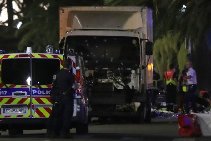 7月14日、フランスニースでフランス革命記念日を祝う花火を見物していた人々の列に突っ込んだトラック(VALERY HACHE/AFP/Getty Images)