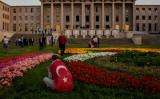 トルコでは反政府勢力によるクーデターを、政府軍が鎮圧した。16日、トルコ国旗を背に国会議事堂前に座る男性(Chris McGrath/Getty Images)