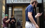 大人もゲームに夢中? 米NYの任天堂旗艦店前で7月11日撮影(Drew Angerer/Getty Images)