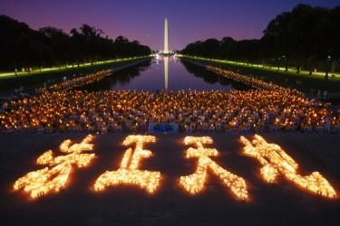 2016年7月14日、法輪功学習者はワシントンDCのリンカーン記念堂の前で迫害の犠牲者への追悼と迫害停止を訴えるキャンドルナイト・イベントを行った(Mark Zou/大紀元)