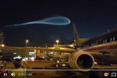 米フロリダ州マイアミ空港で撮られた映像。多くのネットユーザーが「UFO」「隕石」などと推測している(スクリーンショット)