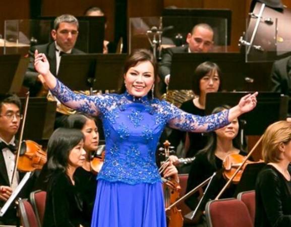2014神韻交響楽団演奏会でのソプラノ歌手・耿皓藍さん(大紀元)