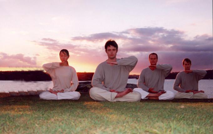法輪功の功法第五式はいくつかのポーズで座禅瞑想を行うものである。(明慧ネット)