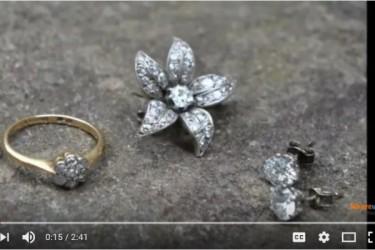 イギリス人夫婦は10年前5ポンドで買った古い椅子の中から5000ポンドの価値があるダイヤモンドジュエリーを見つけた(Youtubeスクリーンショット)