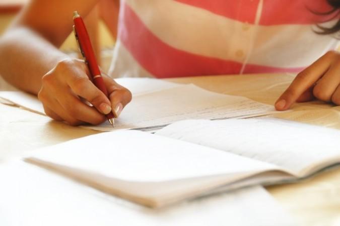 宿題に四苦八苦する小中学生にとって、宿題代行業者は楽をさせてくれるお助けマンか、堕落させる悪魔か(Fotolia)