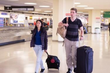 2016年8月9日、父親の中国出国ならず、2人で米国に帰国した法輪功学習者の米国人夫婦。(戴兵/大纪元)