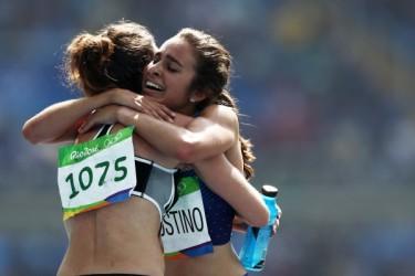 8月16日に行われた陸上女子5000メートルでは、転倒しても互いに励まし合いながらゴールまで完走し、抱き合う米国選手とニュージーランド選手(Patrick Simth/Getty Images)