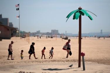 避暑のため、高温のなか海岸のレジャーに行く家族(Getty Images)