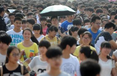 北京大学入試研究院の院長は、高校生たちは成績優秀だが、個性と臨機応変の能力が欠如し、まるで画一に生産された家具を見るようだったと語った。写真は2014年、高考を受けに会場へ向かう高校生たち(AFP/Getty Images)