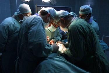 中国移植医は日本で技術を学んだという(Jafaar Ashtiy/AFP/GettyImages)