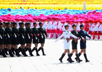英首相は、G20サミット期間中のハニートラップと盗聴器に警戒するよう、関係者に話していた。写真は2009年、北京で開かれた軍事パレードで行進する女性兵士(Feng Li/Getty Images)