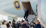 専用タラップから降りるオバマ大統領(SAUL LOEB-AFP-Getty Images)