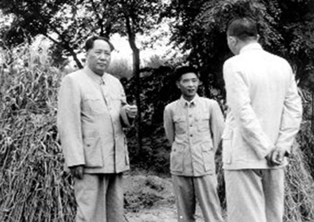 1953年北京で、左:毛沢東、中:胡耀邦(ネット写真)