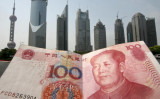 上海浦東新区を背景に、100人民元(MARK RALSTON/AFP/Getty Images)