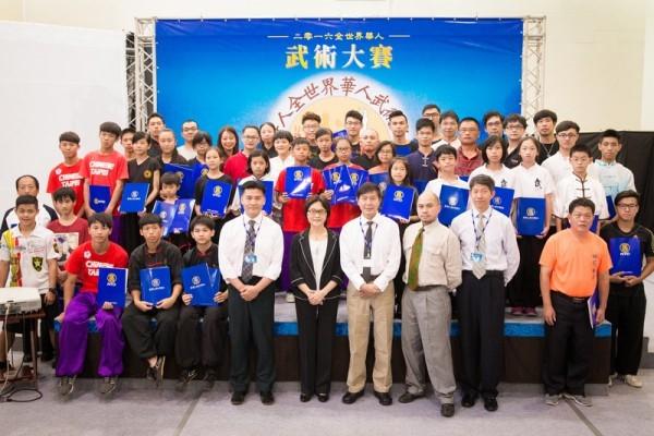 「2016年第五回全世界中華武術大会」アジア太平洋地域予選試合で勝ち残った選手と審判員たち。(陳柏州/大紀元)