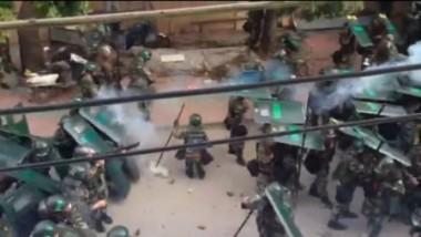 9月13日早朝、収賄罪で逮捕された広東省陸豊市東海鎮烏坎村の林祖恋村長への当局の判決に抗議してきた村民に対して、警察当局は3000人の武装警察を投入し、催涙ガス弾、ゴム弾などを使い鎮圧した。(ネット写真)