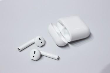 アップル社が9月7日発表したワイヤレスイヤフォン「AirPods」。アップル社はすでに昨年中国で「AirPods」商標登録を申請した。(Maurizio Pesce/flickr)