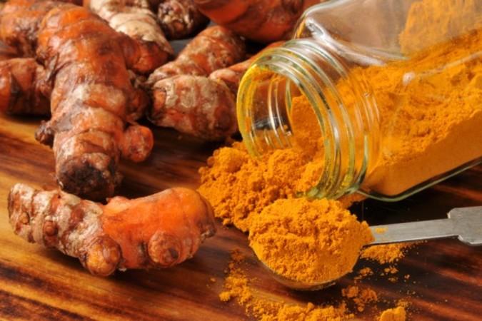 鬱金(ウコン)は生姜に似ており、根茎にクルクミンが多く含まれている(Fotolia)