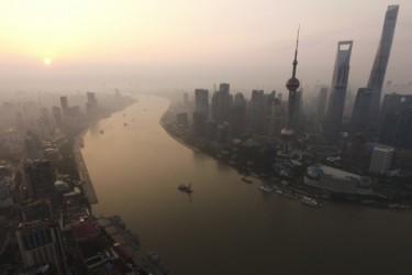 9月14日、上海市政府は、習近平国家主席の元部下で同市党委副書記の応勇氏が同市副市長の兼任を発表した。翌日、人民解放軍上海警備区の司令官らが寄稿した記事の中で習氏への忠誠心と、江派閥の排除を目的にした同市新人事への支持を示した。(JOHANNES EISELE/AFP/Getty Images)