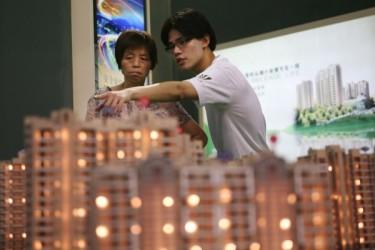 中国当局が19日発表した統計によると、8月70の大中都市の新築住宅平均価格は前年比で9.2%上昇し、6年ぶりの高い水準になった。住宅市場のバブル化が再燃した。(China Photos/Getty Images)