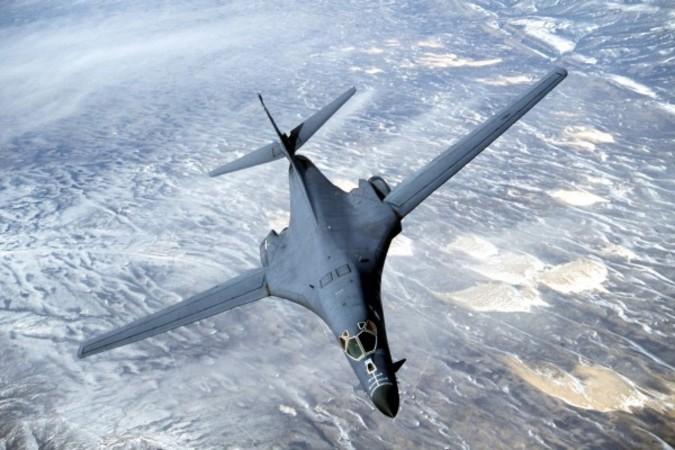 飛行訓練中の米軍B-1B遠距離爆撃機。写真では可変翼を最大まで展開し巡航を行っている。(Douglas C. Brunelle/Courtesy of U.S. Air Force/Getty Images)