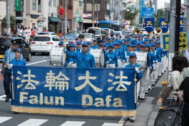 パレードの先陣を切る天国楽団の隊列(牛彬/大紀元)