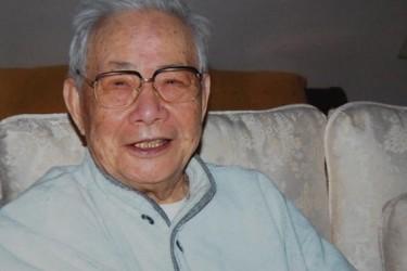 「六四天安門事件」後米国へ亡命した元新華社通信香港支社長許家屯氏が、今年6月29日、ロサンゼルスで病死、享年100歳。遺灰が10月2日に中国に到着、故郷である江蘇省李堡鎮に埋葬されることになった。生きているうちに故郷の土を踏みたいという同氏の願いは、遂にかなえられることはなかった。(ネット写真)
