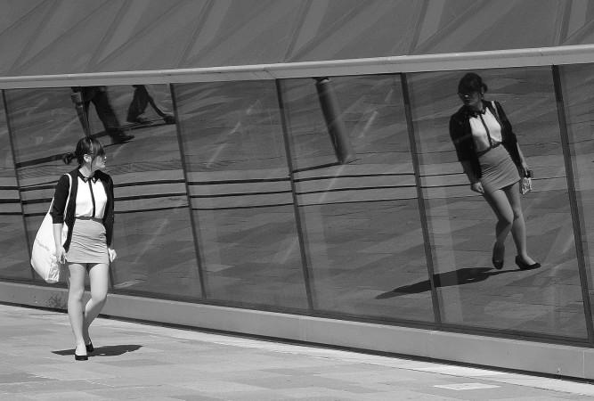 ウィンドウに映る姿を見つめる女性(Nick Anastasiou/flickr)
