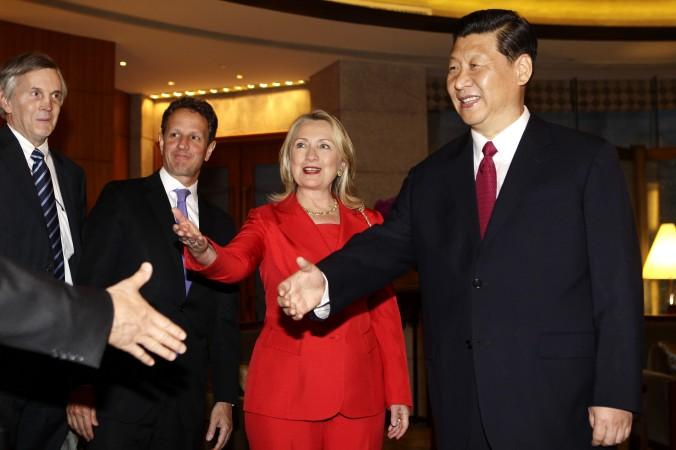 2012年5月3日、北京の釣魚台迎賓館で、ヒラリー・クリントン米国務長官とティモシー・ガイトナー財務長官と会談する習近平副主席。役職はすべて当時 (Jason Lee/AFP/GettyImages)