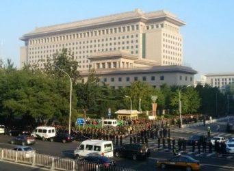 10月11日早朝から12日早朝まで、中国全国各地から約1万人以上の元軍人が軍中枢機関「八一大楼」の前で待遇改善を訴え、抗議活動を行った。(ネット写真)