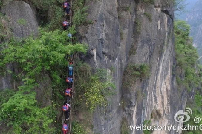 800mの断崖を降りて登校する子供たち 落ちて亡くなる人も。。(ネット画像)