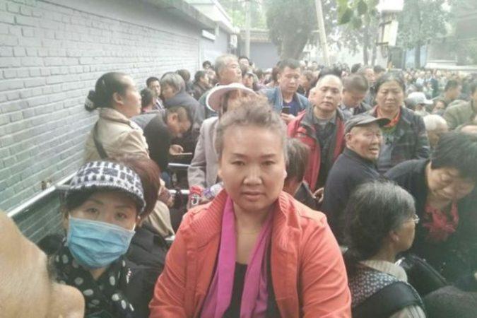 退役軍人による大規模な抗議活動に続き、10月19日に中国29の省から約1万人の民弁教師が北京市にある国家信訪局の前で、教員資格認定や社会保障問題の解決抗議活動を行った。(デモ参加者が提供/RFAより)