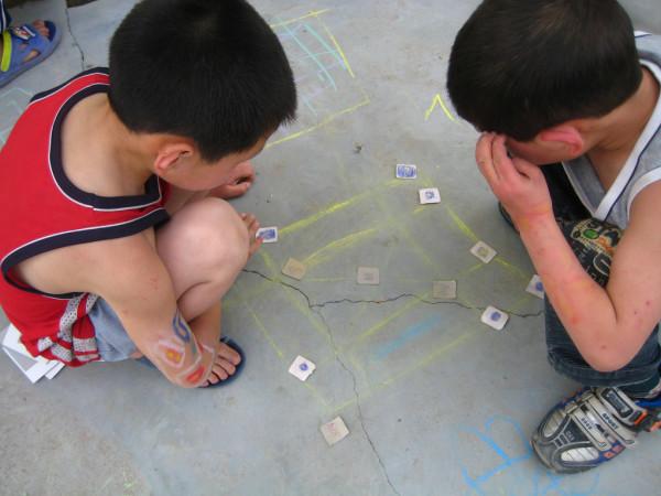 在上海日本国総領事館は19日、市内の大型スーパー内で日本人の子どもの連れ去り未遂が起きていたことを公式ページで明かし、在中邦人へ警戒を呼び掛けた。写真は、床に描いたマスで遊ぶ湖南省の子ども。参考写真(David Woo/Flickr)