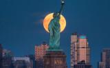 スーパームーンが自由の女神を照らす 2016年10月16日ニューヨーク(Twitter@maximusupinNYc)