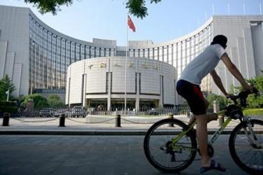 日本の財務省によると、今年1月から8月までの約半年間で、中国は8兆9000億円の日本国内の国債を購入し、去年の同期と比べて3倍以上の額だった。写真は、中国人民銀行正門 (Getty Images)