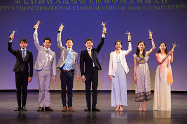 厳しい審査を経て、見事、金賞を受賞した7人のダンサーたち