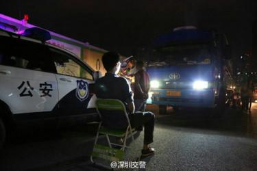 深セン警察、違反運転手に「ハイビーム数分間見つめさせる」罰が、ネットで非難(深セン交通警察@微博)