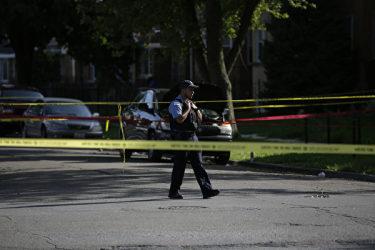 事件現場を見回る米警官。(Joshua Lott/Getty Images)