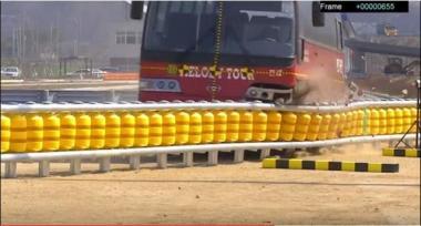 黄色いポリタンクが並んだようなユニークなデザインのガードレール。大きく衝撃を吸収することで事故とドライバーの致命傷を避けれるものと開発企業は主張している。(ETI公開動画スクリーンショット)