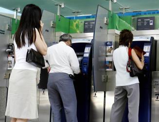 ATMで倒れた高齢の男性を助けなかったとして、4人の男女について警察は捜査している。4人は最高1年の懲役刑が下る可能性がある。参考写真(GettyImages)