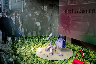 東京のショッピングスポットで買い物を楽しむ訪日中国人観光客(Chris McGrath/Getty Images)