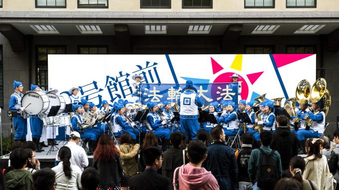 早稲田大学で演奏する天国楽団(野上浩史/大紀元)